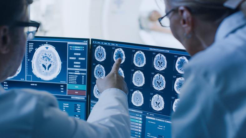 Médicos realizando diagnóstico por imagem.